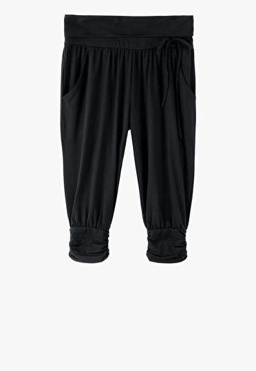 Harem trousers cropped just below the knee in black