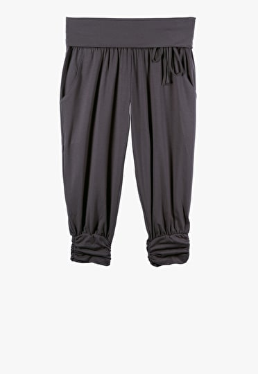 Harem trousers cropped just below the knee in charcoal