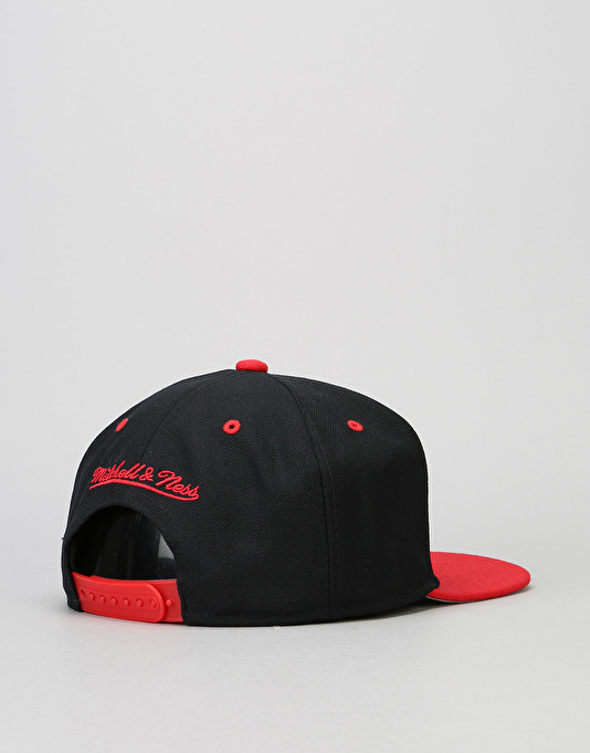 Mitchell & Ness NBA Chicago Bullls Team Arch Snapback Cap - Black/Red
